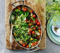 Tomatsalat bagt i ovnen giver en dejlig sødme til den salte ret med svinemørbrad og agurkespaghetti.