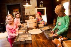 Koiramäen mummolassa voi tehdä vanhoilla muoteilla juustoa taikahiekasta. Koiramäki - Doghill @ Särkänniemi #sarkanniemi #tampere visit: http://www.sarkanniemi.fi