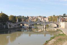 El #Tiber es el alma de #Roma, al igual que lo es el #Sena en #Paris o el #Tamesis en #Londres. http://www.guias.travel/blog/descubre-roma-a-lo-largo-del-rio-tiber-y-a-traves-de-sus-principales-puentes/ #turismo #Italia