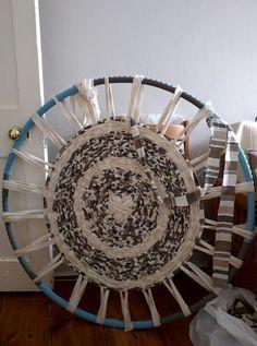 Run, sengi, run: Hula hoop rug weaving More hula hoop weaving – What a great start! Don't these rugs look great. The kids lo…How-To: Weave a Hula Hoop Rug Hula Hoop Weaving, Hula Hoop Rug, Loom Weaving, Rug Loom, Weaving Art, Rag Rug Diy, Circular Weaving, Diy 2019, Homemade Rugs