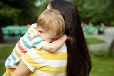 Τι πρέπει να λέτε στο παιδί σε περιπτώσεις ατυχημάτων ώστε να το βοηθήσετε να διατηρήσει την ψυχραιμία του, επικυρώνοντας όμως ταυτόχρονα τα συναισθήματά του; Kids Lying, Natural Disasters, Decorative Throw Pillows, Your Child, Parenting, Children, Baby, Toddlers, Toolbox