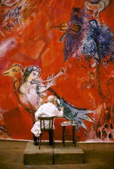 Marc Chagall travaillant aux panneaux du Metropolitan Opera de New York : Le Triomphe de la Musique (détail), atelier des Gobelins, Paris, 1966