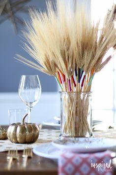 Bouquet de blé porte-bonheur décoré de fils colorés
