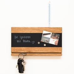 Alle Deine Schlüssel findet ab jetzt ihren Platz an Deinem neuen Schlüsselbrett aus hochwertigem Eichenholz! Damit hat das nervenaufreibende Schlüsselsuchen ein für alle Mal ein Ende. Auf der magnetischen Tafelfolie kannst Du nicht nur Bilder und Karten mit den Kugelmagneten befestigen, sondern auch mit weißem Tafelstift Botschaften und Notizen hinterlassen. Der Stift findet in einem Loch an der Holzoberseite Platz. klotzaufklotz ist ein junges bayerisches Unternehmen für exzellente…