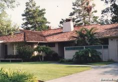 Exterior shot of the Golden Girls house. Notice how it doesn't line up with interior shots whatsoever--for instance, during episode scenes, the front door is shown in an alcove, which does not exist here.