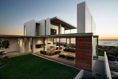 Planos de una casa moderna, con zonas de entretenimiento y vista al mar: Residencia Pearl Bay