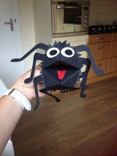 """De spin Sebastiaan! Vouw een happertje als basis. De flapjes terug vouwen en inknippen( punk haartjes). Een paar ogen, een tong en 8 poten en klaar is je spin! En hij kan gebruikt worden als """"pratend"""" handpopje!"""