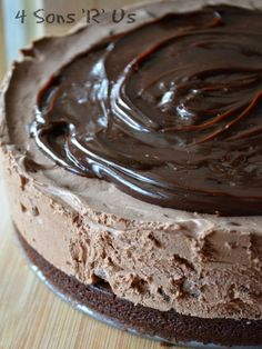 This cheesecake is so easy it's almost fool-proof, and it's so decadently dreamy! A thick and chewy brownie crust is topped with rich, creamy chocolate cheesecake studded with milk chocolate chips. No baking is required, and once it's set it's topped … No Bake Desserts, Just Desserts, Delicious Desserts, Dessert Recipes, Brownie Recipes, Coconut Dessert, Oreo Dessert, Chewy Brownies, Cheesecake Brownies