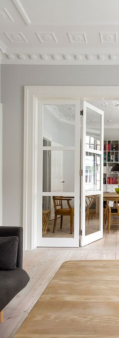 A modern glass door that compliments the style of the classic living room #vahledoor #interiordoor #foldingdoor #glassdoor #bespokedoor #architecture #design #madeindenmark