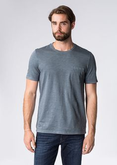 Die Pigment Garment Dyed gefärbte Slubyarn-Qualität bringt eine leicht unregelmäßige Struktur in das Material des leichten T-Shirts. Reine 100%-ige Baumwolle und der große, einfarbige Front-Print kreieren zu dem einen legeren und unkomplizierten Style....