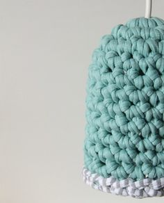 Fuente: http://countingstonesheep.tumblr.com/post/29624601752/a-crocheted-pendant-very-cool