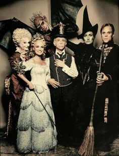 The original Broadway cast of Wicked: Carole Shelley as Madame Morrible, Manuel Herrera as Chistery, Kristin Chenoweth as Glinda, Joel Grey as The Wizard, Idina Menzel as Elphaba and Norbert Leo Butz as Fiyero. Saw all of them on broadway Idina Menzel, Teatro Musical, Theatre Nerds, Musical Theatre, Norbert Leo Butz, Joel Grey, Comedia Musical, Tarot, Defying Gravity