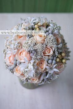 Свадебный букет из персиковых пионовидных роз с серой брунией и ягодами