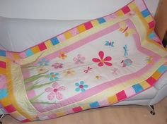 Színes, virágos ágytakaró