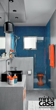 """Além de servir de suporte para a ducha higiênica e a papeleira, a meia-parede junto ao boxe propicia privacidade. O rebaixamento de gesso embute três spots direcionáveis e ainda contém uma luminária pendente, escolha nada convencional para esse tipo de ambiente. """"Um mero detalhe pode deixar tudo mais charmoso"""", analisa o arquiteto. A maquiagem e o barbear são beneficiados por lâmpadas que tenham um bom índice de reprodução de cores (IRC), como a halógena PAR 20. Projeto do Studio Costa…"""
