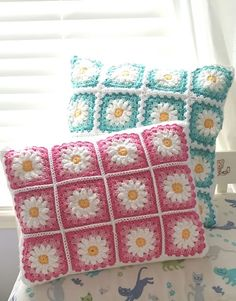 Crochet Daisy Granny - Leard More Here Craft ideas Crochet Cushion Cover, Crochet Pillow Pattern, Crochet Square Patterns, Crochet Cushions, Crochet Squares, Crochet Motif, Cushion Pillow, Granny Squares, Granny Granny