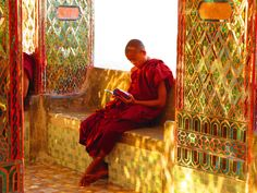 Lesender Mönch am Mandalay Hill, Myanmar Mandalay, Buddhism, Places Ive Been, Blog, Wings, Painting, Travel, Album, Asia