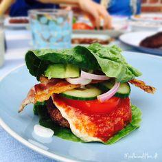 No-bun burger: grillede hakkebøffer grillet bacon (kan anbefales!) hjemmelavet ketchup Carl Johan remoulade fra Palæo (eller prøv den hjemmelavede) chilimayo salat, agurk, tomat og rødløg avokado gulerødder