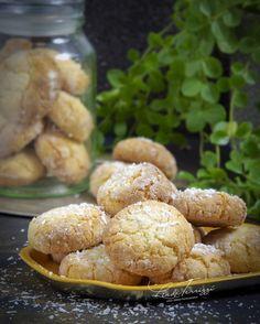 Heb je deze hemelse kokoskoekjes al eens geprobeerd? Na het bakken blijven ze lekker zacht! 💖  RECEPT: Coconut Recipes, Baking Recipes, Cookie Recipes, Biscuits Croustillants, Good Food, Yummy Food, Sweets Cake, Bakery Cakes, Biscuits