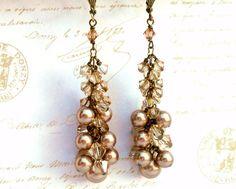 Largos pendientes de cristal cuelgan. Pendientes de racimo de perlas de cristal de Swarovski, latón antiguo, aretes de oro marrón. Joyería de cobre amarillo, joyas de cristal