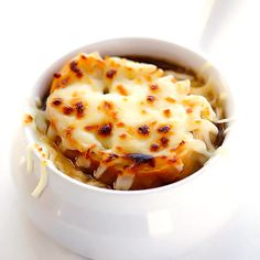 classic French Onion Soup recipe is easy to make, full of amazing flavor, and the perfect warm comfort food for chillier months. Feel free to use veggie stock to make it vegetarian. Classic French Onion Soup, Easy French Onion Soup, Onion Soup Recipes, Recipe For Onion Soup, Cooking Recipes, Healthy Recipes, Veggie Soup Recipes, Healthy Food, Comfort Food