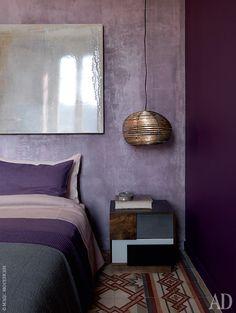 Спальня. Кровать Trevor, прикроватный столик TAD, все Baxter. Лампа, дизайнер Анджела Ардиссон, Artplayfactory.
