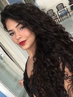 Do you like your wavy hair and do not change it for anything? But it's not always easy to put your curls in value … Need some hairstyle ideas to magnify your wavy hair? Curly Hair With Bangs, Short Curly Hair, Hairstyles With Bangs, Curly Hair Styles, Black Hairstyles, Hair Bangs, Curly Wigs, Wavy Hair Extensions, Weave Extensions