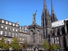 Clermont-Ferrand: Cathédrale Notre-Dame-de-l'Assomption en pierre de lave et de style gothique, avec ses deux flèches, place de la Victoire avec la statue d'Urbain II et façades d'immeubles de la vieille ville   - France-Voyage.com