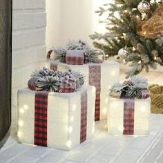 If you're looking for thoughtful pieces that make your front door, porch, yard and more feel chic this inspirational list is for you. #christmasdecor