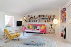 Пример планировки гостиной в мансарде: проходные зоны  под участками потолка наибольшей высоты