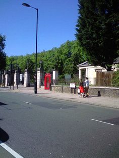 Prince of Wales Gate, one six gates leading in and out of Hyde Park. Kensington Gardens, a Park of a similar size to Hyde Park, has no roads running through it.