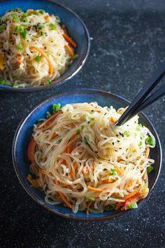 Sunde alternativer til pasta, der faktisk smager godt   costume.dk Healthy Noodle Recipes, Vegetarian Recipes, Cooking Recipes, Budget Recipes, Delicious Recipes, Shirataki Noodles, Veggie Noodles, Side Dish Recipes, Asian Recipes