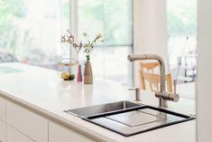 Die Fronten dieser Ewe Einbauküche sind im matten Dekor Panna gestaltet. Die Kücheninsel hat eine Arbeitsplatte aus Corian in der Farbe Vanilla. In der Insel eingelassen ist die Spüle mit einer Armtur von Franke. Mehr über das Projekt: Küchen Design, Sink, Home Decor, Countertop, Colour, Homes, Sink Tops, Vessel Sink, Decoration Home