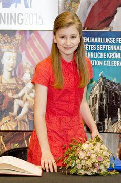 La princesse Élisabeth de Belgique s'affichait en rouge à Lille avec son père le roi des Belges Philippe et à Tongres avec celui-ci et la reine Mathilde.