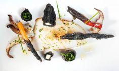 Receta de Bruno Oteiza de sepia cocinada a la plancha y acompañada de verduras en tempura negra, elaborada con la tinta de la sepia.
