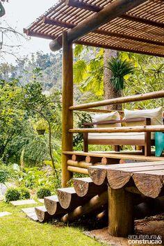 Posicionado em uma clareira já existente no terreno e rodeado de pedras e vegetação, este gazebo de lazer em Teresópolis, RJ, foi construído de forma rústica com materiais simples como madeira, cimento e vidro