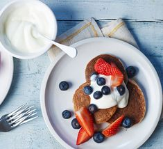 Turn overripe bananas into a tasty stack of pancakes with our easy breakfast recipes. Top your fluffy American-style pancakes with fruit and sweet syrup. Healthy Pastas, Healthy Recipes, Healthy Foods To Eat, Healthy Smoothies, Healthy Desserts, Yummy Recipes, Fodmap Recipes, Healthy Breakfasts, Healthy Mind
