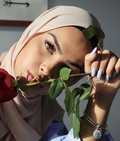 Love these helpful full face makeup ideas Image# 9874 Modern Hijab Fashion, Hijab Fashion Inspiration, Muslim Fashion, Modest Fashion, Hijab Fashionista, Hijabi Girl, Girl Hijab, Beau Hijab, Mode Turban