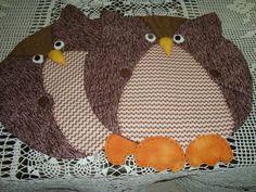 São duas corujas em formato de jogo americano, feitas em tecido com fibra no interior.