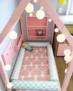 Umrandung für kleine Kinder im großen Bett