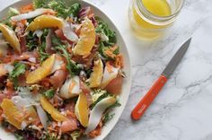 Gezonde salade met sinaasappel, gerookte vis en citrusdressing - de perfecte zomerse lunch!