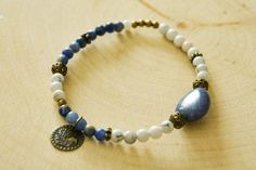 White howlite and sodalite beads strech bracelet with brass accessories and a charm showing a mountain, a sun and water. The bracelet has a circumference around 21 cm. Charmed Show, Sun And Water, Mountain, Beaded Bracelets, Brass, Jewels, Etsy, Accessories, Bijoux