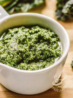 Il Pesto di cavolo nero è una salsa che assicura all'organismo una vera e propria dose extra di vitamine e sali minerali. Niente di più semplice e buono!