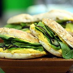 Opta por comer saludable y tómate el tiempo de preparar este exquisito sándwich vegetariano. Aquí tienes esta rica y sana receta casera para deleitarte: Ingredientes: - 2 berenjenas - aceite de oliva - pan de aceitunas y semillas - 2 cucharaditas de queso crema - 300 gramos de calabaza - 2 paltas (aguacates) - espinaca - miel - sal y pimienta a gusto   Elaboración: 1- Corta en cubos la calabaza y cuécelas. Mézclalas con el queso crema y miel. Condimenta con sal y pimienta al gusto. 2- Corta…