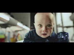 """Cute baby vs. Motion Sync vacuum cleaner"", da Samsung.@Caitlin Caspi"