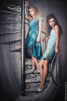 Купить или заказать Валяное платье Ионическое в интернет-магазине на Ярмарке Мастеров. Ионическое платье с барашками волн, с плавным переходом цвета. Ионическое море теплое, ласковое, небольшое. Поэтому и платье открытое и короткое – для теплой погоды. ___________________________________ Платье на шелковой подкладке, с внешней стороны тоже шелк и немного шерстяных 'барашков'. Это привалянные кудри овцы, они объемные и придают этому платью неповторимое очарование.