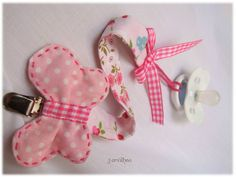 Mais uma fita de chucha em rosa...           Por encomenda. Sewing Baby Clothes, Baby Sewing, Baby Shower Gifts To Make, Baby Gifts, Baby Tiara, Baby Bibs Patterns, Diy Bebe, Baby Boutique, Sewing For Kids
