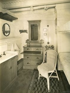 Second class berth on Viceroy of India (I love what looks to be a multi-function dresser/secretary desk/vanity against the back wall) Retro Decorating, British Colonial Style, East India Company, Indian Interiors, Vintage India, Secretary Desks, Asian Decor, Family Bathroom, Cruise Ships