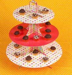 Prato de papelão com pé para doces de três andares de bolinhas.