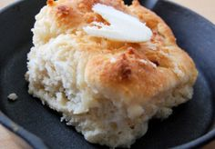 Every Southerner has a great go-to recipe for biscuits, but this Paula Deen-Inspired Southern Biscuit Recipe might even replace your tried and true recipe. These buttermilk biscuits are baked to golden perfection in a cast iron skillet. Sour Cream Biscuits, Flaky Biscuits, 7 Up Biscuits Recipe, Kitchen Recipes, Cooking Recipes, Meatless Recipes, Southern Biscuits, Cheap Meals, Southern Recipes